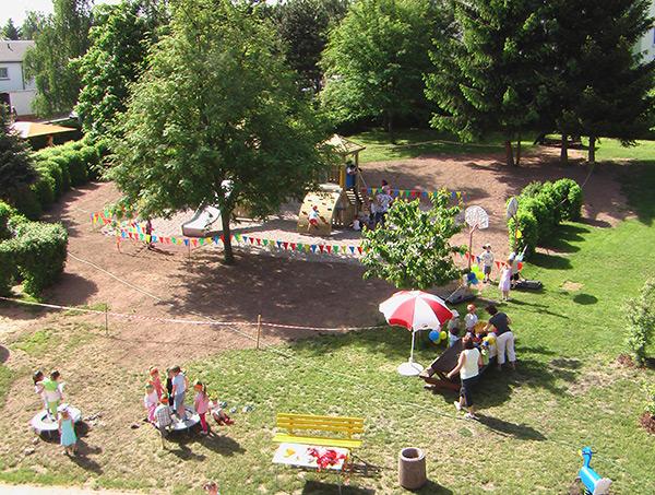 Das Außengelände der Kita mit Spielplatz